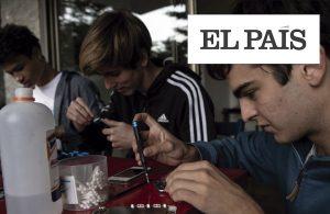 Jóvenes chilenos reparan teléfonos móviles para que estudiantes sin recursos asistan a sus clases en línea