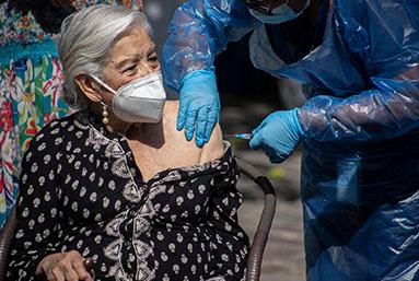 Por qué en Chile se vacuna más rápido que en cualquier otro país